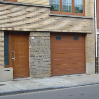Porte de garage couleur Chêne doré identique à la porte d'entrée.