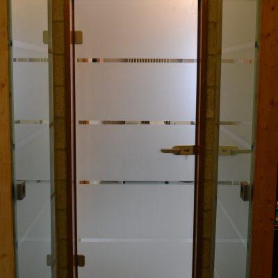 Fourniture et placement de 2 portes coulissantes et d'une porte battante en verre