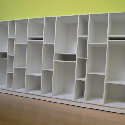 Bibliothèque en panneaux stratifiés de 8 mm d'épaisseur.
