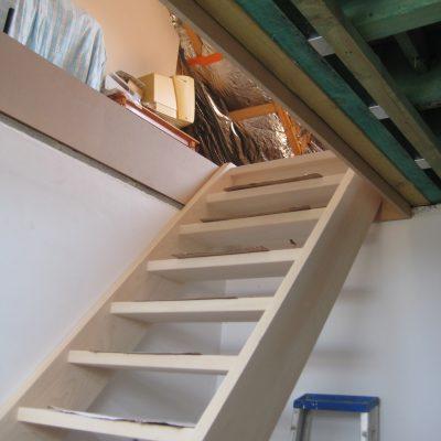 Mise en place d'un escalier en hêtre massif.