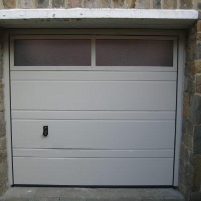 Porte Sectionnelle avec cadre aluminium vitré. laquée gris dune.